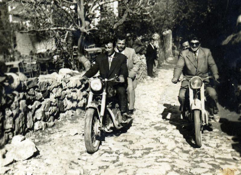 Rıfat Kalenin petrolündeki motosiklet durağı. 1960 yılları. Alanya Motosiklet Kültürü, Alanya Nostalji, Alanya Eski Fotolar, Alanya Eski Resimler