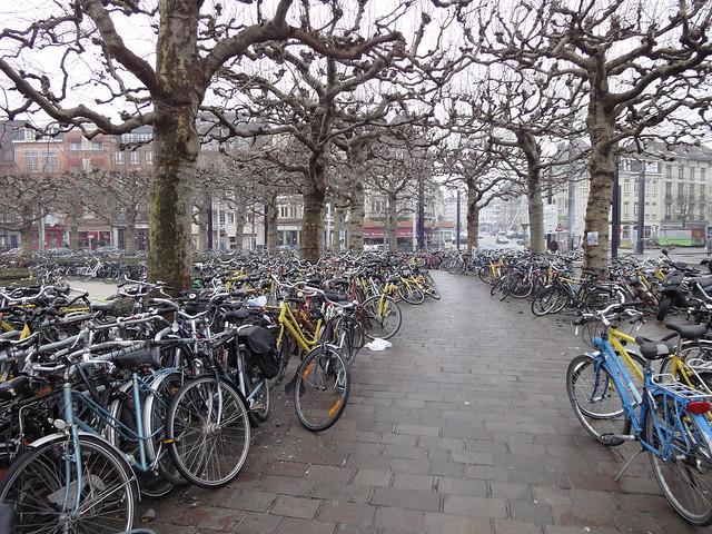 Na frente da estação de trens de Gent - Bélgica
