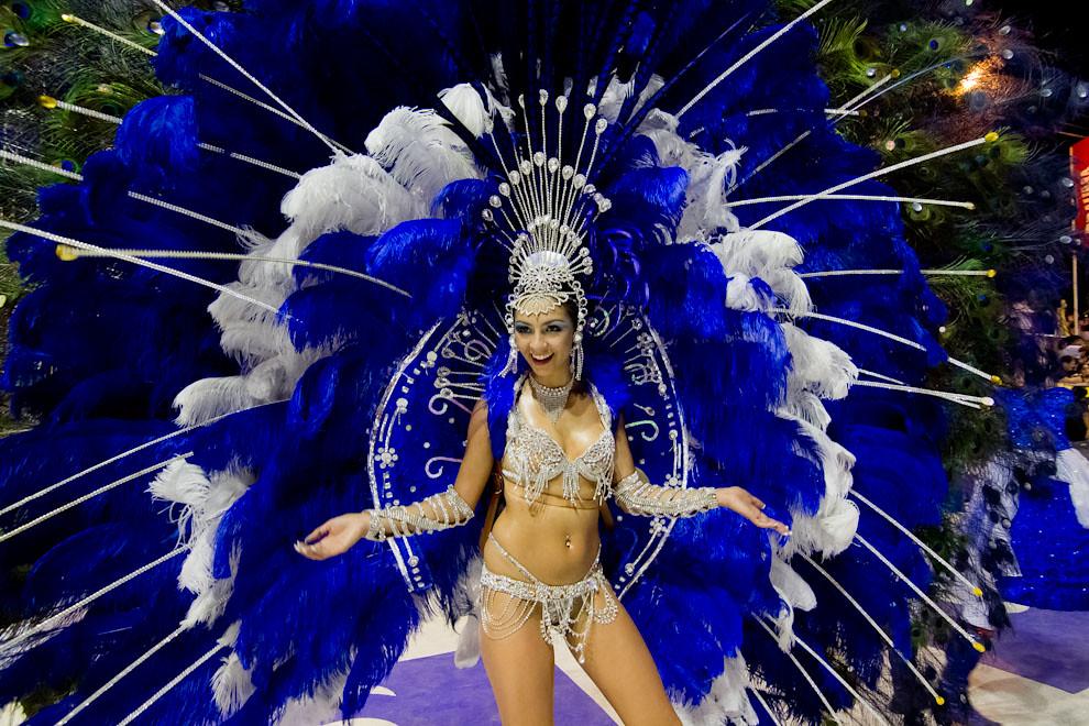 La Reina del Club Universal, Sara Insfrán, baila frente al jurado desplegando los colores de su espaldar. (Tetsu Espósito - Encarnación, Paraguay)