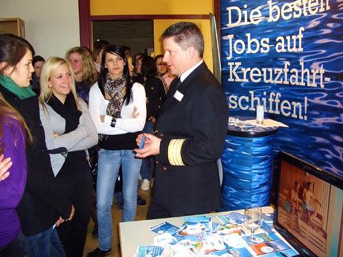 recruiting manager Primus Berchtold von seachefs worlwide motiviert Schüler der HLW St. Veit für eine Tätigkeit auf Kreuzfahrtschiffen