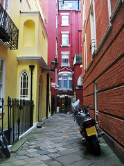 St James's Place (Dunc(an)) Tags: red london yellow alley greenpark passage mayfair sw1 stjamess stjamessplace