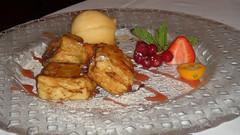 Leche frita con naranja confitada y helado de mandarina