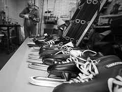 Schaatsen slijpen (Guido Havelaar) Tags: bw skate iceskates schwarzweiss pretoebranco noirblanc schaatsen elfstedentocht zandstra patinar  slijpen neroeblanco slijperij
