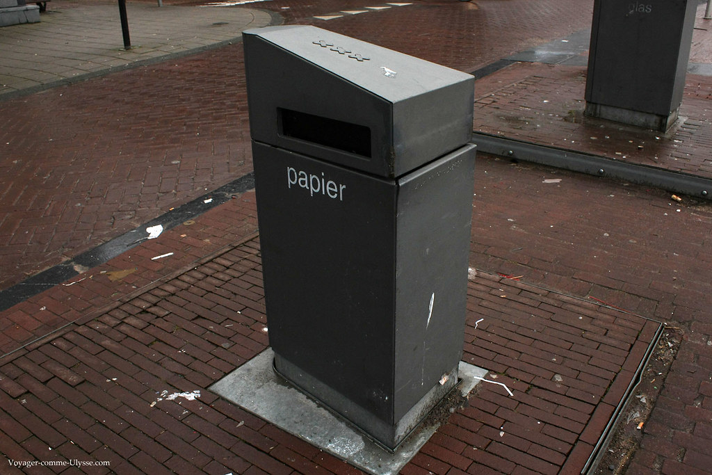 Poubelle papier de rue
