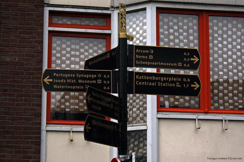 Panneau de direction. Remarquez les trois croix, symbole d'Amsterdam