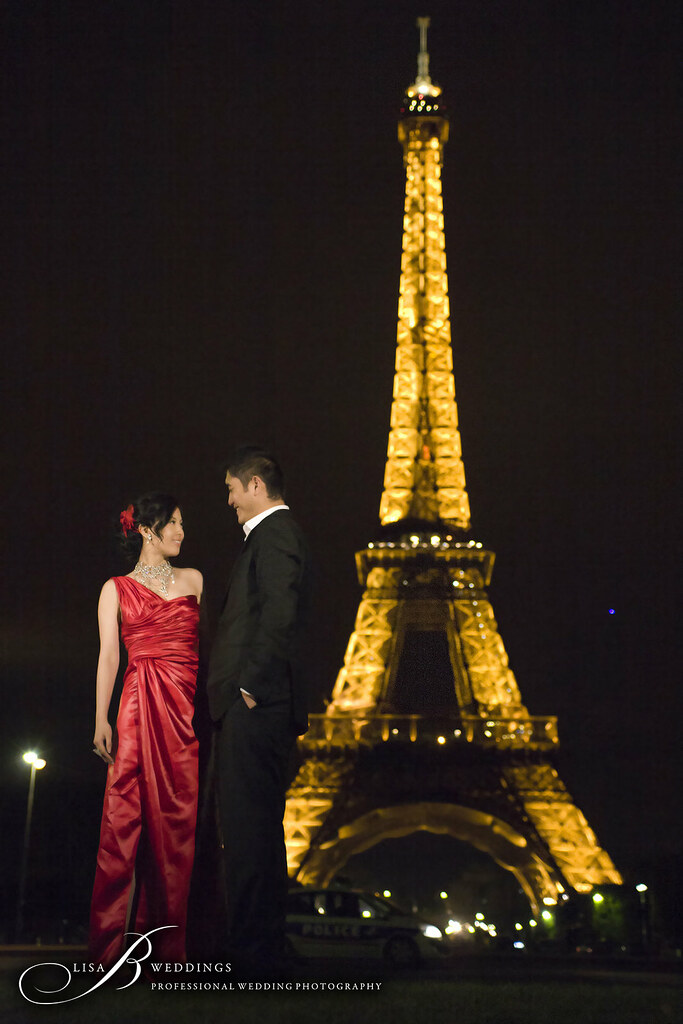 Engagement photos in front of Eiffel Tower