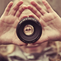 Through the Lens (Remko.) Tags: smile lens 50mm hands upsidedown demi handen lach fvs remko fotografischdagboek