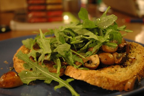 Mushroom arugula garlic-toasts