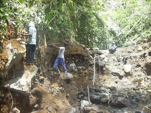 pemasangan pralon di Dusun Gowok Pos