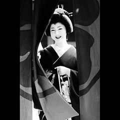 (Masahiro Makino) Tags: blackandwhite bw smile japan photoshop canon eos kyoto kiss curtain geiko adobe    gion tamron 90mm f28 lightroom x3  erikae  katsuyuki ichirikitei    20110202132810canoneoskissx3ls640p