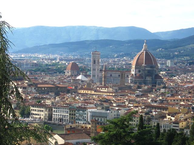 フィレンツェの大聖堂と街の景色のフリー写真素材