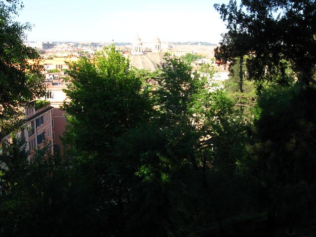 丘から見たローマの街の眺めのフリー写真素材