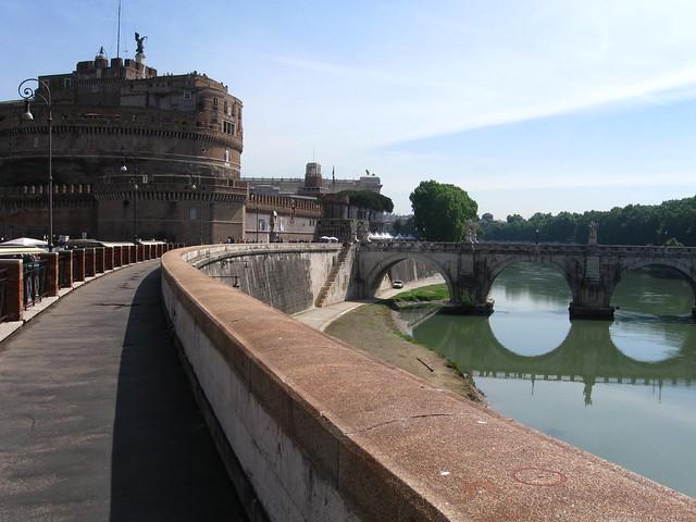 サンタンジェロ城に続く道のフリー写真素材