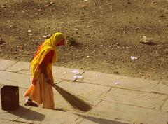 Mujer con escoba (Sita28) Tags: travel woman india color lago mujer asia culture ciudad basura costumbres rajasthan udaipur escoba sagrado polvo barrer