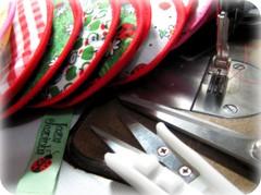 Encerrando  o expediente :) (Joana Joaninha) Tags: mquina etiqueta costura joanajoaninha hellennilce