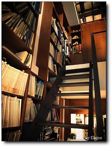 通往二樓辦公室的階梯