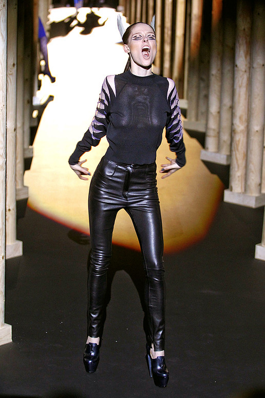 Thierry-mugler-FALL-2011-RTW-podium-023_runway