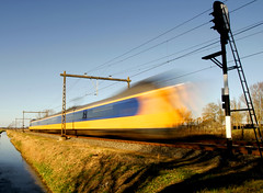 flashshshshsh (Hindrik S) Tags: blue color yellow speed train ns sony flash nederland zug hurry tamron cpf trein spoor intercity spoorwegen a300 sneltrein sonyalpha 300 alpha300 faasje