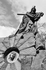 Faith in sculpture (Pawel Sawicki) Tags: bw sculpture tree art church face stone cross mary jesus poland polska jezus twarz koci krzy rzeba kamie drzewo niebo czarnobiae maryja czerwisk pawesawicki