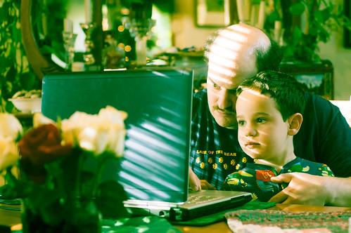 [フリー画像] 人物, 親子・家族, PC・パソコン, 201102051700