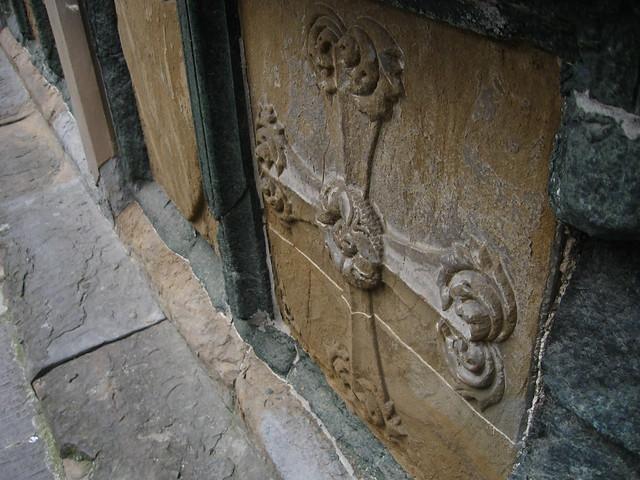 石畳とフィレンツェの紋章のフリー写真素材