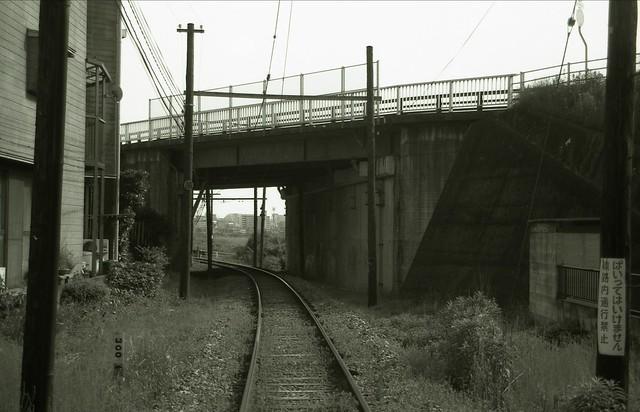 線路の白黒写真のフリー写真素材