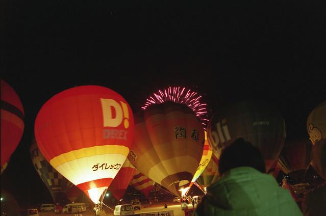 夜の気球と花火のフリー写真素材
