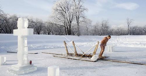 Russo se banha em água gelada no Dia da Epifania
