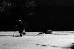 Attraverso i miei occhi... (Giuseppe Torcasio) Tags: life street bw strada bn bianco nero bianconero controluce sud figura busta meridione giuseppetorcasio