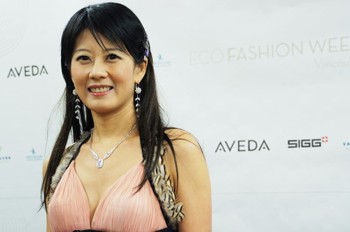 Lisa Wu, ONMI TV Reporter / Moderator trägt Eva Chen 'Black Swan 2011' Eco Fashion Week 2011 in Vancouver Umweltfreundliche Recyclingfähig Sustainable Fashion Design Show