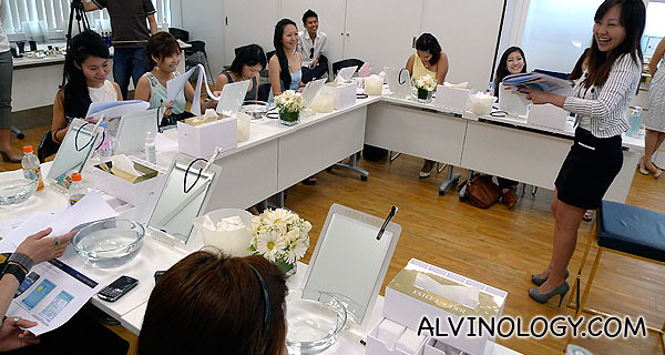 Huifen from Estee Lauder, briefing the bloggers on the blogging challenge