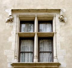 Pau (Pyrénées Atlantiques): dans la cour du château (Marie-Hélène Cingal) Tags: france southwest castle window ventana fenster 64 finestra janela pau château fenêtre picnik sudouest henriiv aquitaine béarn pyrénéesatlantiques
