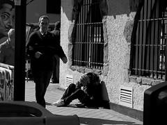 Y Dalí mirando/And Dalí is watching (Joe Lomas) Tags: poverty madrid street leica urban blackandwhite bw españa byn blancoynegro public real calle spain nap sleep candid poor dream bn beggar snooze siesta reality streetphoto urbano pobre dali salvadordali doze dormir durmiente sleeper indigente sueño mendigo dozing pobreza indigencia durmiendo urbanphoto publico mansleeping realidad callejero cabezada limosna robados realphoto hombredurmiendo necesitado pordiosero limosnero fotourbana fotoenlacalle dormitando fotoreal photostakenwithaleica sueñourbano urbansleep 4tografie