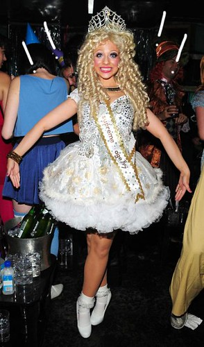 michelle-trachtenberg-pageant-queen-halloween-costume__oPt