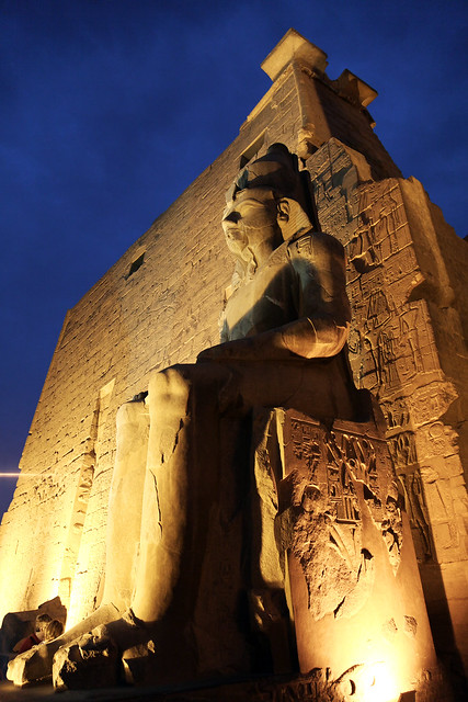 エジプト ルクソール神殿ライトアップ ファラオの像