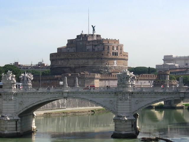 サンタンジェロ城と橋のフリー写真素材