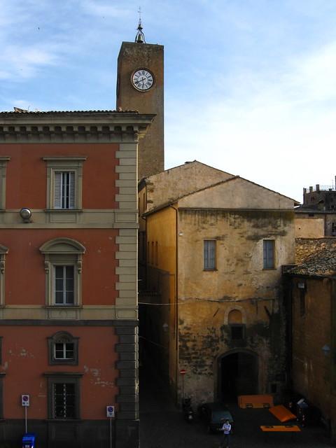 時計台と建築物のフリー写真素材