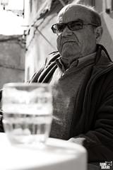"""José """"El Librao"""" (Dani Bravo [Els somnis de Bravo]) Tags: las en white black blanco bar del de bravo y jose negro dani el dia fotografia tu qui fill pata cuevas eres 2011 a pinoso damaro villazgo librao coneixes"""