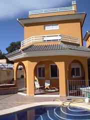 Chalet independiente con 500 m2 de parcela. Pida más información en su agencia inmobiliaria Asegil de Benidorm  www.inmobiliariabenidorm.com