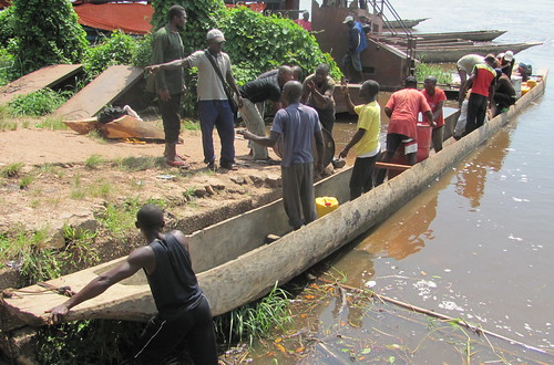 Loading the dugout in Ubundu