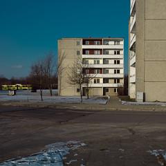 Neuberesinchen III (jpk.) Tags: 2011 canoneos7d efs281755mm februar frankfurtoder neuberesinchen reise unterwegs tram strasenbahn gelb blau himmel wölkchen beton balkone ©janphilipkopka plattenbau