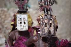 Mask dance (ronniedankelman) Tags: africa travel portrait man face canon dance purple mask afrika mali tribe portret dogon dans stam afrique paars reizen gezicht masker tirelli republicofmali rpubliquedumali malikafasojamana unpeupleunbutunefoi peopledogon