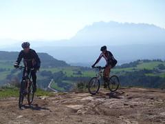 A dalt del coll del Mort amb Montserrat al fons
