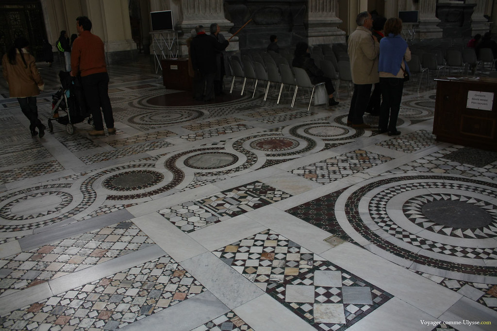 Les motifs géométriques du sol cosmatesque sont de toute beauté