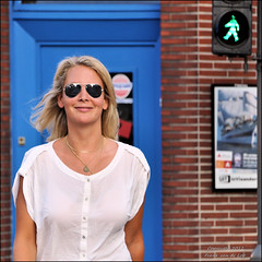 Candid contact (Frank van de Loo) Tags: summer woman smile sunglasses donna mujer estate belgium belgique sommer femme belgi shades blond zomer verano wife ve