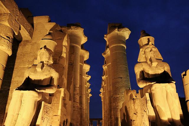 エジプト ルクソール神殿ライトアップ ファラオと列柱