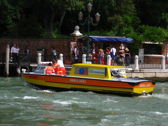 ヴェネツィアの救急ボートのフリー写真素材