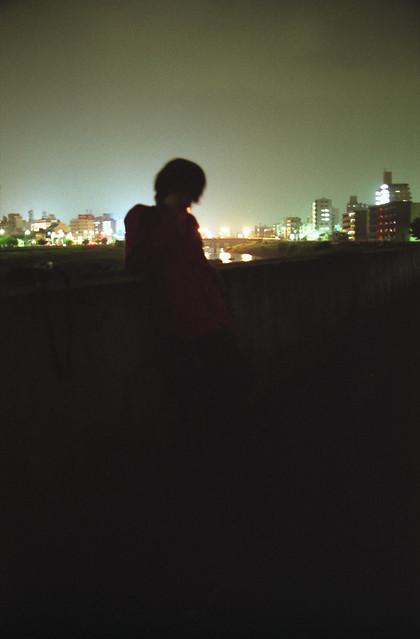 夜景を背にする人のフリー写真素材