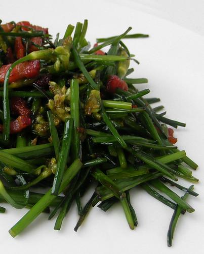 Chinese bloeiende bieslook roerbak met ontbijtspek