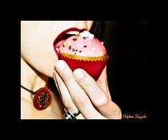 cupcake's party (Delph fait des photos) Tags: pink red food woman macro cakes rose mouth rouge à pentax eating femme 100mm packshot bouche manger couleur gateaux gourmandise lèvres macaron fooding croquer colorphotoaward k200d